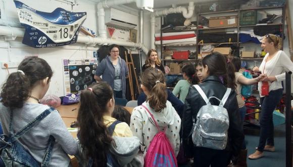 סברינה, סטודנטית שנה ד' בבית הספר להנדסה מכנית מעבירה לתלמידות הרצאה מרתקת