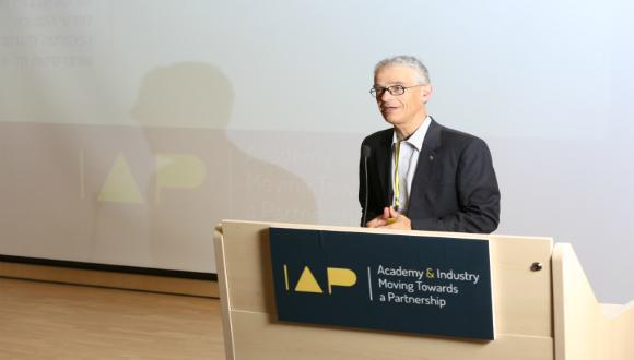 פרופ' דוד מנדלוביץ פותח את הכנס החמישי של ארגון עמיתי התעשיה