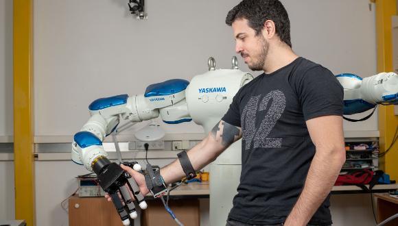 נדב כהנוביץ' מדגים את המכשיר הלביש (צילום: יונתן בירנבאום)