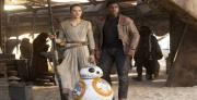 """BB-8 וחברים אנושיים -תמונה מתוך הסרט """"הכוח מתעורר"""". צילום :"""