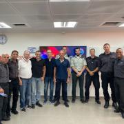השותפים למייזם בישיבת ההתנעה שנערכה במרכז לכבאות והצלה בראשון לציון. פרופ' שיינוביץ חמישי משמאל.